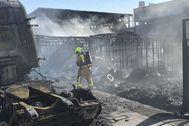 Un bombero durante las labores de extinción.