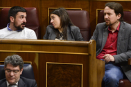De izqda. a dcha., Ramón Espinar, Irene Montero y Pablo Iglesias, en el Congreso, en 2018.