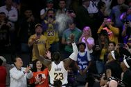 Los Angeles (United States).- Los Angeles Lakers forward lt;HIT gt;LeBron lt;/HIT gt; lt;HIT gt;James lt;/HIT gt; (C) throws chalk into the air as part of his pre-game ritual before an NBA basketball game between the Boston Celtics and the Los Angeles Lakers at the Staples Center in Los Angeles, California, USA, 23 February 2020. (Baloncesto, Estados Unidos) EPA/ SHUTTERSTOCK OUT