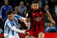 El extremo de la Real Sociedad Mikel Oyarzábal (i) lucha con Gonzalez, del Mirandés
