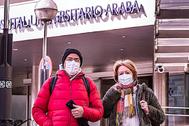 Dos pacientes con mascarillas abandonan ayer Txagorritxu.  ARABA PRESS