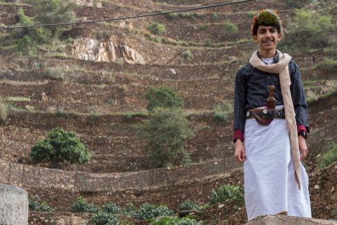 Un joven agricultor junto a las terrazas plantadas con cafetos.