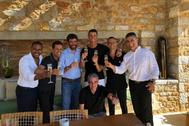 Cristiano Ronaldo celebra junto a su representante, Jorge Mendes, otros trabajadores de la agencia Gestifute, como Joao Camacho y Valdir, y el abogado Paulo Rendeiro el traspaso a la Juventus, club que preside Andrea Agnelli (a la derecha del futbolista).