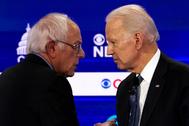 Bernie Sanders y Joe Biden hablan durante un debate demócrata.