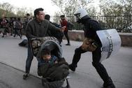 Antidisturbios dispersan a refugiados en Mytilene (Grecia).