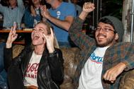 Seguidores de Sanders celebran los resultados del supermartes en una cervecería en Austin, Texas, EEUU.