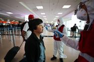 Una mujer se somete a una prueba para el coronavirus en un aeropuerto