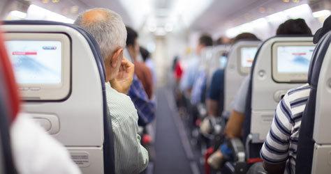 Interior de un avión durante un vuelo.