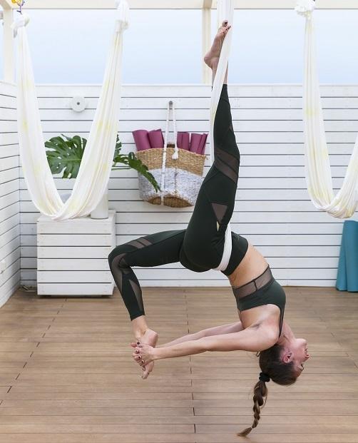 La entrenadora Sonia Pittet practica AntiGravity Yoga en el hotel Me Ibiza