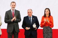 Los Reyes entregan a Javier Tebas la acreditación como nuevo Embajador Honorario de la Marca España.