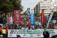 Manifestación contra el decreto de escolarización por las calles de Sevilla.