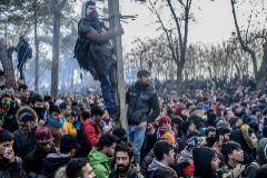 Cientos de migrantes se agolpan en la frontera entre Turquía y Grecia.