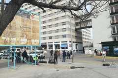 Puerta principal del Hospital Arnau de Vilanova, ayer, con periodistas haciendo guardia.