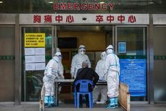 Equipo médica y un paciente en un hospital en Wuhan en la provincia central de Hubei, en China.