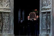 Los descendientes de Francisco Franco portan el féretro con los restos mortales del dictador.