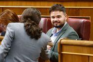 El portavoz de ERC, Gabriel Rufián, saluda afectuosamente al vicepresidente Pablo Iglesias, en un Pleno del Congreso del mes de febrero.