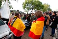 Varias personas protestan, el pasado octubre, contra la exhumación de Franco del Valle de los Caídos.