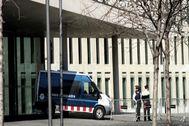 Mossos ante la Ciutat de la Justícia de Barcelona