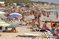 Turistas en la playa de Migjorn, en la isla de Formentera.