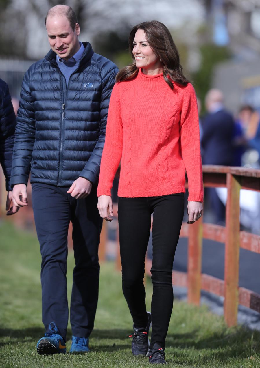 Durante su visita al club deportivo Salthill Knocknacarra los duques de Cambridge se han apunta al look más cómodo: deportivas, jersey de punto y vaqueros.