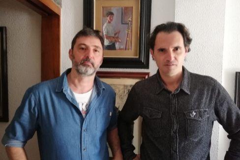 Jorge (izda.) y Raúl Guerrero con un autorretrato que su hermano David dibujó antes de desaparecer con 13 años.
