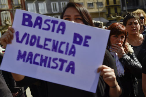Una manifestante del 8M con una pancarta.