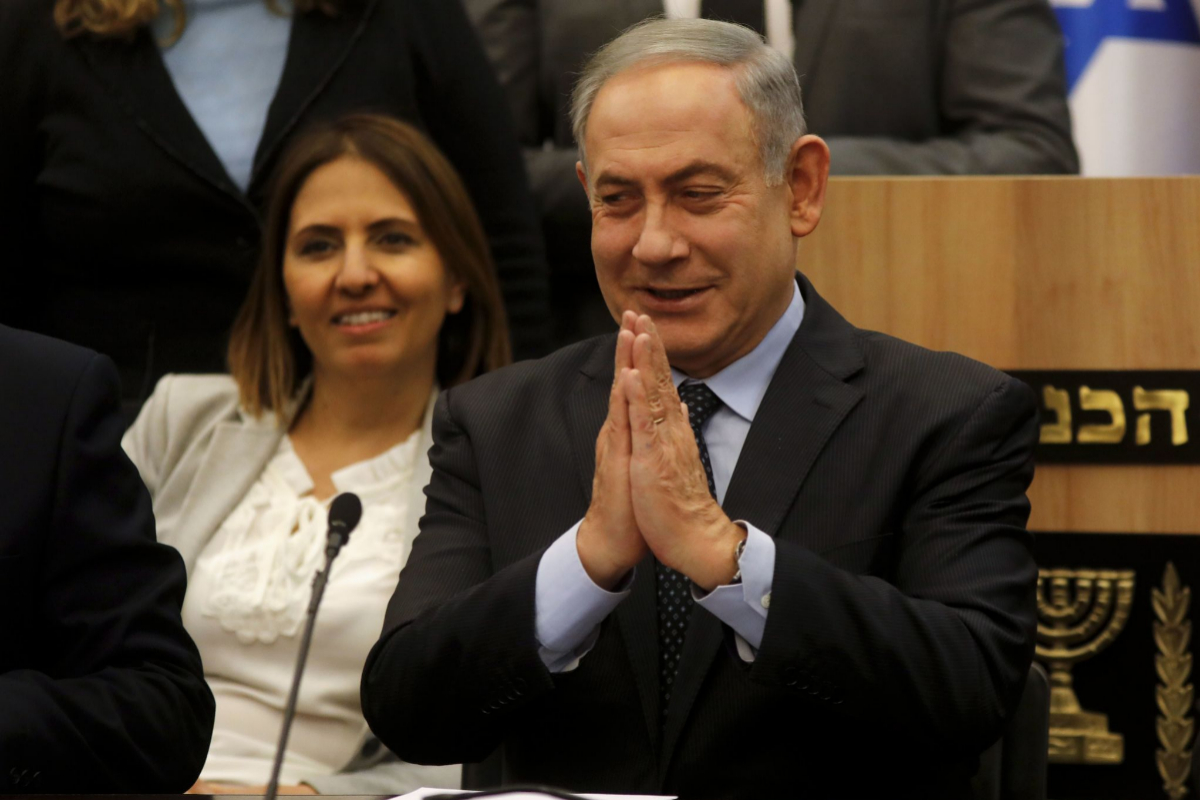 Benjamin Netanyahu gesticula durante una reunión de su bloque en la Knésset.