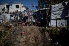 Un grupo de niños juega en el interior del campo de refugiados de Moria, Lesbos.