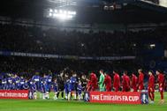 Los jugadores del Chelsea y el Liverpool se saludan antes del partido.