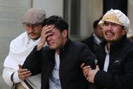 Familiares de una víctima lloran tras enterarse de su fallecimiento.