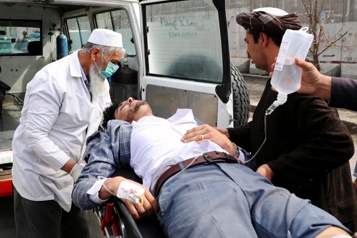 Los servicios de emergencia ayudan a un herido en el ataque en Kabul.