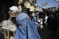 Una mujer ataviada con un burka en un mercado de Kabul.