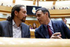 Pablo Iglesias y Pedro Sánchez conversan en el Senado, durante una sesión de control al Gobierno.