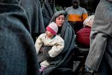 Refugiados llegados a Lesbos desde Turquía tratan de entrar en calor.