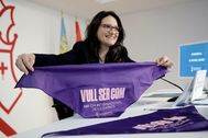 La vicepresidenta y portavoz del Consell. Mónica Oltra, muestra un pañuelo conmemorativo del Día de la Mujer.
