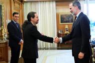 El líder de Podemos, Pablo Iglesias, saluda al Rey en presencia de Pedro Sánchez antes de la reunión del Consejo de Seguridad, el pasado 4 de marzo.