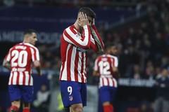 Morata abandona el césped durante la ida de octavos ante el Liverpool.