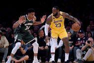 LeBron James y Giannis Antetokounmpo, en el partido.