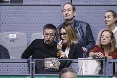 Josep Maria Bartomeu junto a Gemma de Vicente, su nueva pareja, en uno de los partidos de la Copa Davis celebrada en la Caja Mágica de Madrid