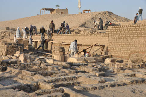 Excavación del templo de Tutmosis III, en Luxor.