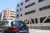 Un vehículo de Policía Nacional ante una comisaría de Alicante.