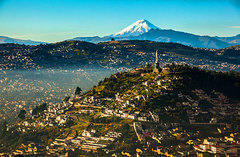 Vista de Quito con el volcán Cotopaxi al fondo.