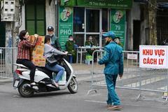 Dos mujeres transportan noodles en una scooter en Vietnam.