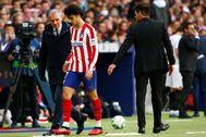 Joao Felix abandona el césped del Metropolitano tras su lesión.