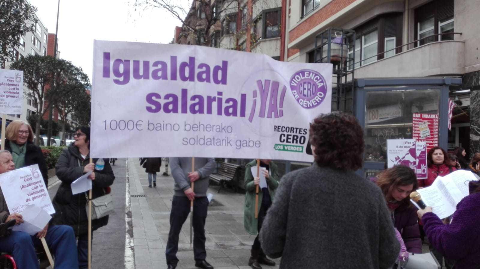 Pancarta en Bilbao preparada para el inicio de la manifestación.