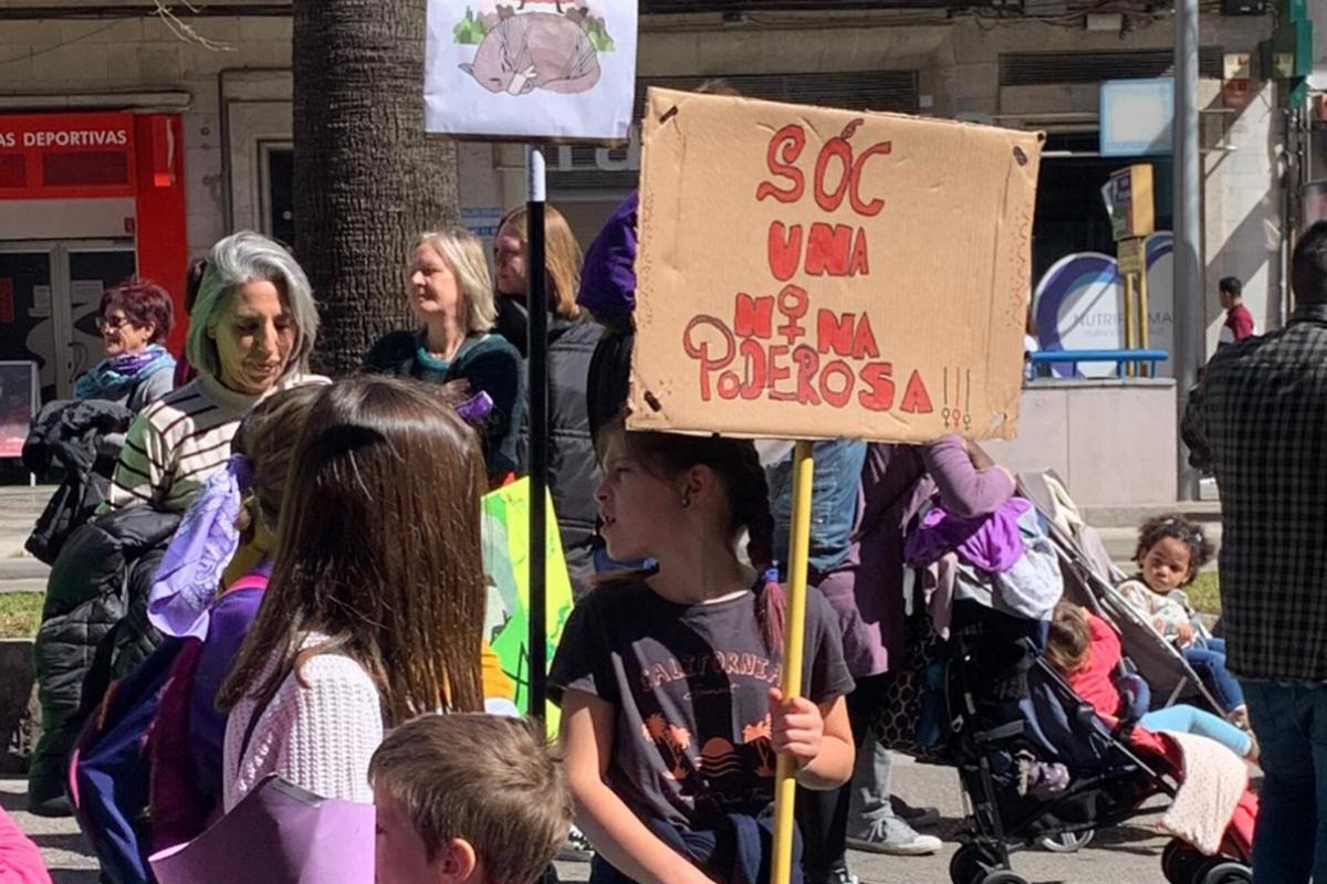 Una niña en la manifestación de Palma.   Lola Sampedro