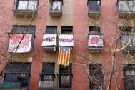 Protestas en un bloque de viviendas de Barcelona por el aumento de los alquileres.