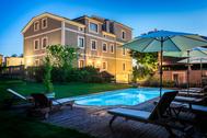 """Entre la N-634 y la CÑ-6 a su paso por Cartavio (Asturias) destaca este hotel de <a href=""""http://www.casadecastro.es/"""" target=""""_blank"""">tres estrellas</a> ubicado en una casona típica rehabilitada. A sus nueve habitaciones se suman acogedores espacios comunes (gimnasio, biblioteca, piano, comedor, piscina exterior...), un maravilloso jardín de 4.000 m2 y un hidroclub de uso privado para quien necesite descansar tras un largo viaje con pediluvio, ducha de lluvia y jacuzzi de cuatro plazas. Desde <strong>90 euros</strong>/noche."""