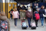Alumnos de un colegio madrileño se dirigen a su clase, este martes.