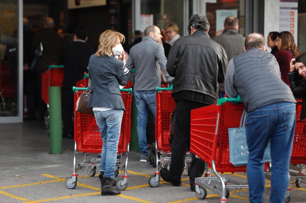 Colas esta mañana para entrar a un supermercado de Madrid.